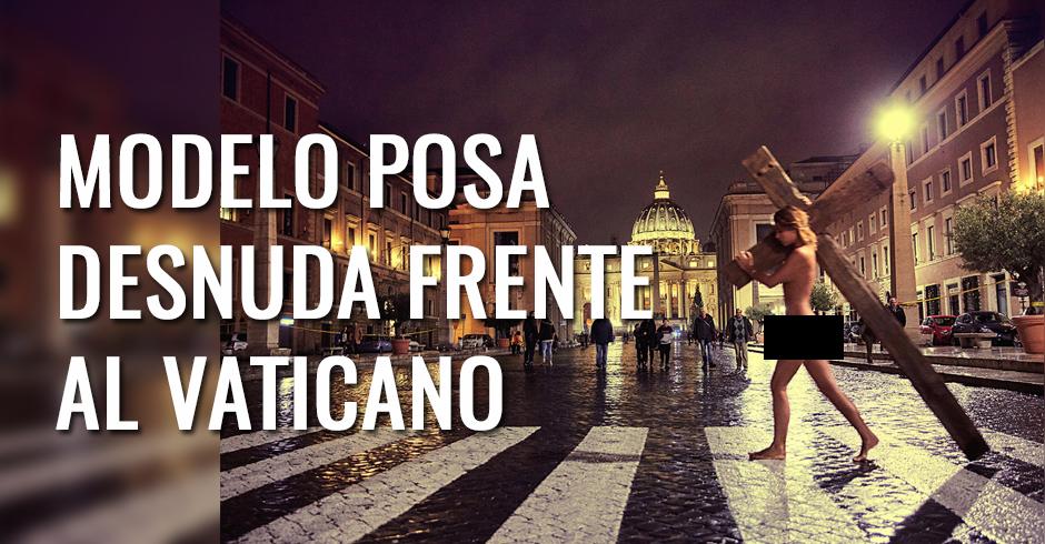 Modelo playboy posa desnuda con una cruz frente al vaticano
